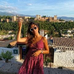 Granada y todos sus colores. ¡Vamos a por la semana! Llevo el Dani dress en granate (disponible online) 🖤